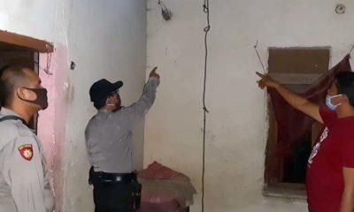 Petugas menunjukkan seutas tambang yang di gunakan korban untuk gantung. (tog)