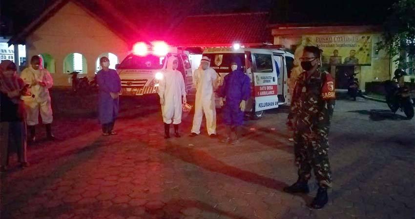 Evakuasi salah satu dari 6 pasien positif di jalan Mastrib (Dok Tog)