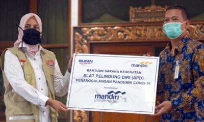 Bupati Jember dr Hj Faida Mmr serah terima bantuan dari kepala Bank Mandiri. (Ist)