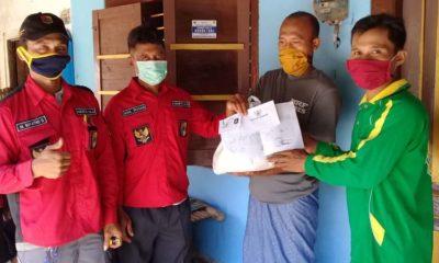 Petugas berikan bantuan dari Dinas Tanaman Pangan Holtikultura dan Perkebunan Jember bagiakn Sembako pada petani. (tog)