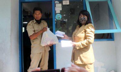 Kadis ketahanan pangan dan peternakan Jember Nana Sumiarsih membagikan bantuan ke pembantu jagal RPH Kaliwates. (tog)