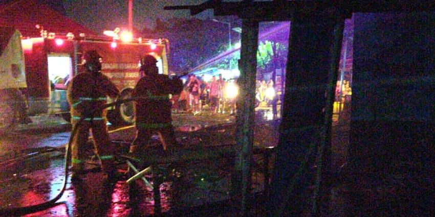 LALAI: Petugas Damkar saat memadamkan api yang membakar warung kopi