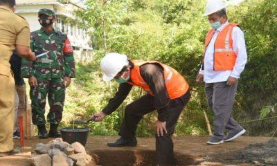 Plt Bupati Jember, Drs. KH. A. Muqit Arief saat melakukan peletakan batu pertama pembangunan jembatan IAIN Jember.