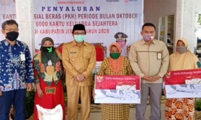 Plt Bupati Jember, Drs KH A Muqit Arief bersama penerima bansos Kemensos.