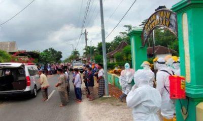 Jenazah pasien covid-19 disalatkan di depan pintu masuk Tempat Pemakaman Umum (TPU) Desa Padomasan.