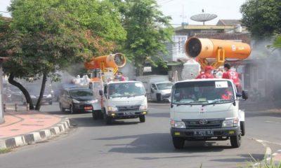 Sejumlah Mobil Gunner melakukan penyemprotan disinfekta diruas jalan Kabupaten Jember.