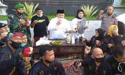 Dapat SK dan Honor Naik, Guru Jember Ajak Bupati dan Wabup Nyate Kambing